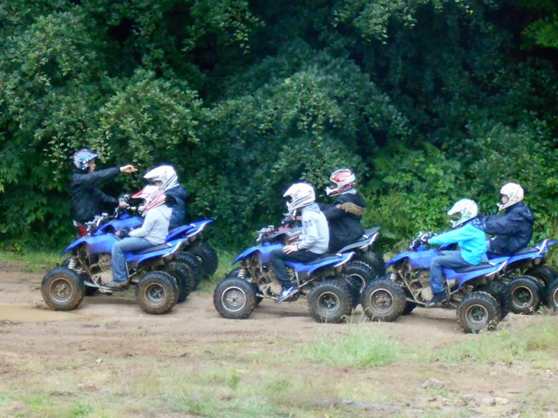 Groupe d'ados apprenant à conduire un quad