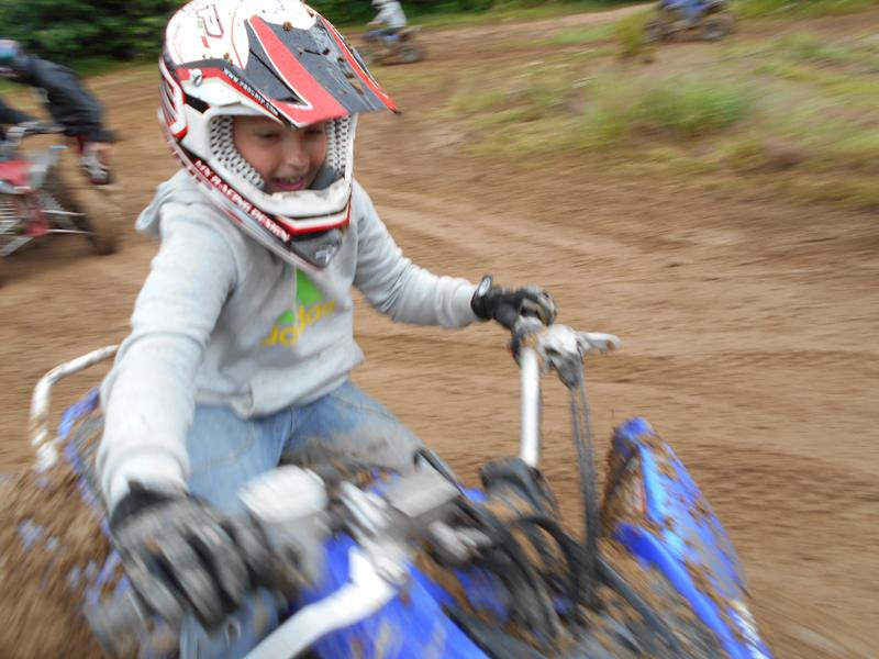 Enfant conduisant un quad en colonie de vacances