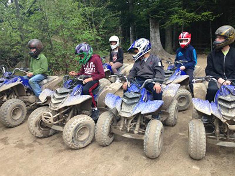 Groupe d'enfants en quad en colo