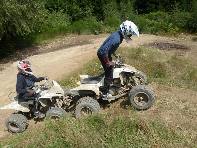 Enfants conduisant un quad en colonie de vacances