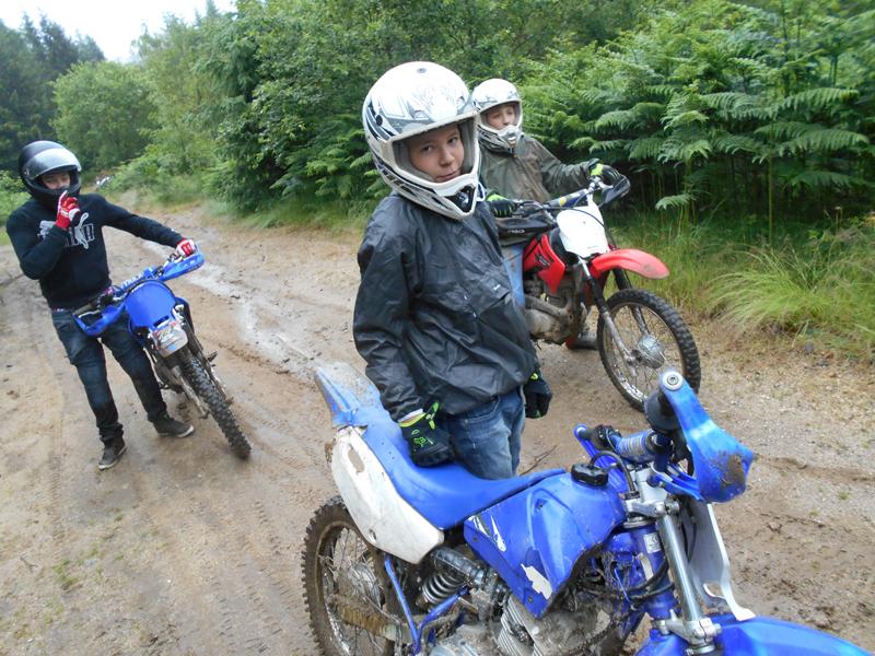 Enfants conduisant des moto cross en colonie de vacances