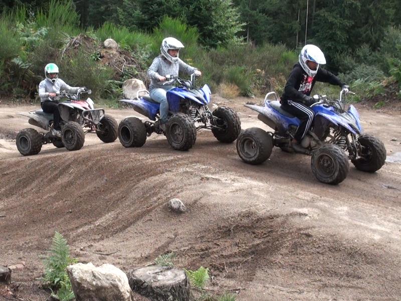 Groupe d'ados faisant du quad