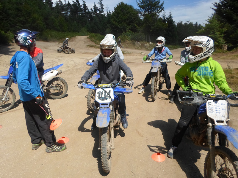 Groupe d'enfants apprenant à faire de la moto cross