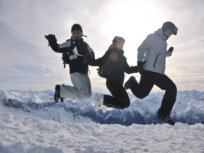 Groupe d'ados heureux de faire du ski en colonie de vacances