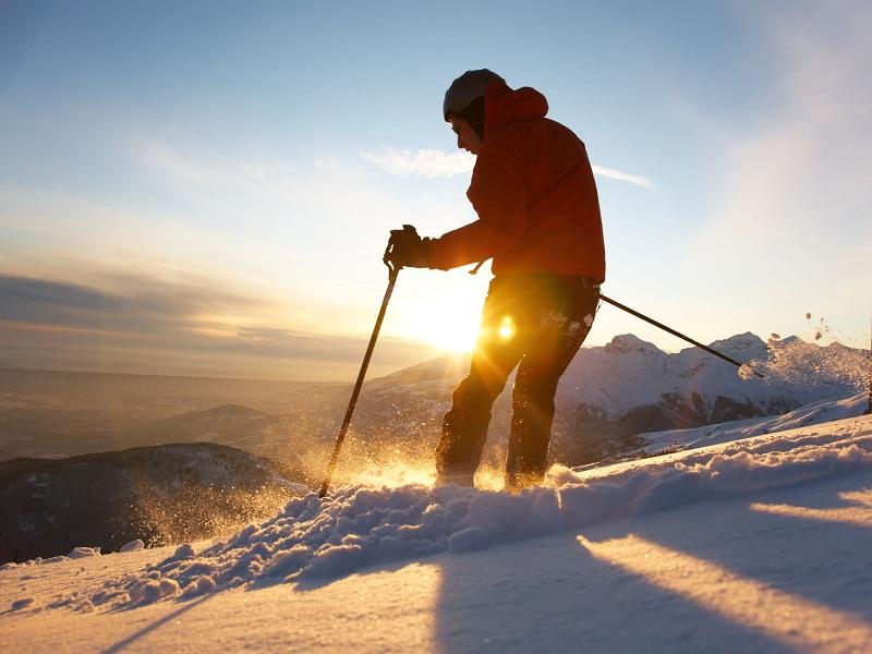 Skier sur la poudreuse colonie de vacances