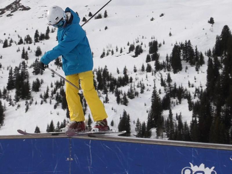 Ado apprenant à faire du snowboard en colonie de vacances
