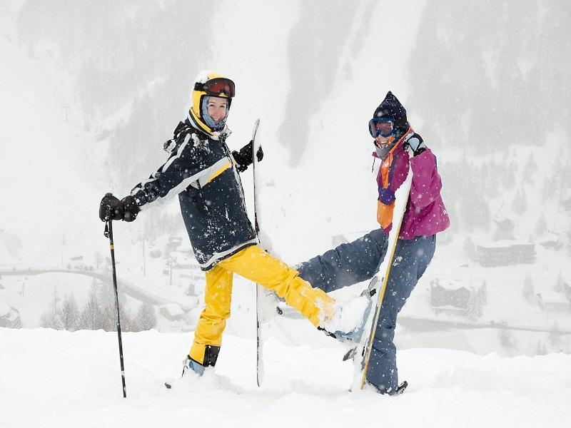 Adolescents font du ski en colo