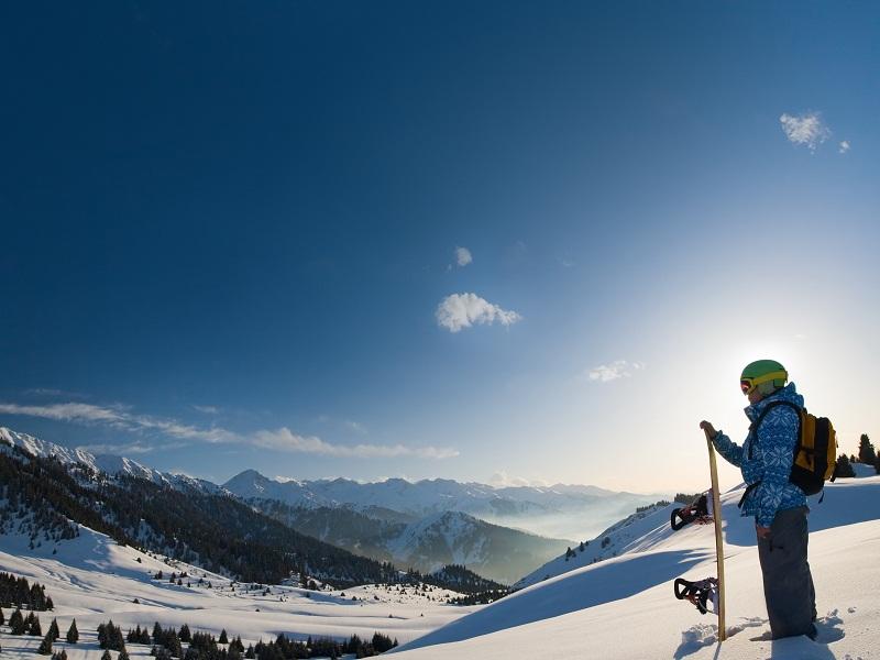 Enfant à la montagne avec son snowboard