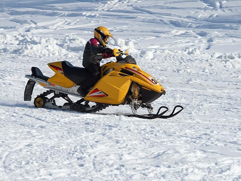 Ado conduisant une moto neige en colonie de vacances