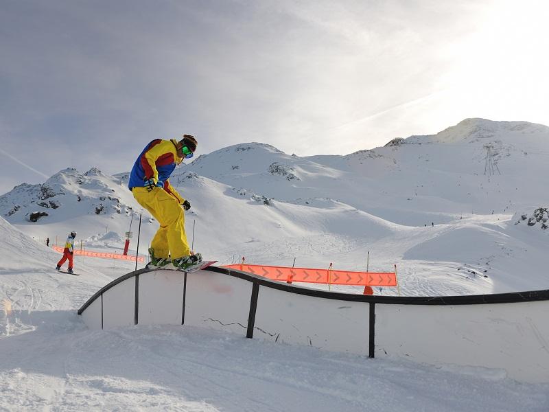 Apprendre à faire du snowboard à la montagne