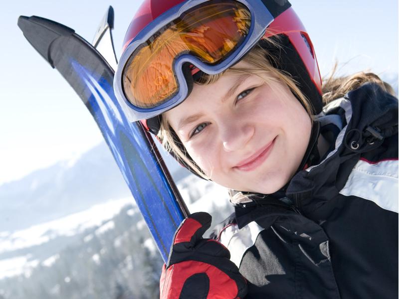 Portrait d'une adolescente à la montagne