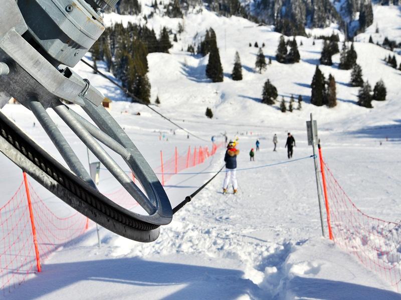 Vue sur le tire fesses d'une station de ski