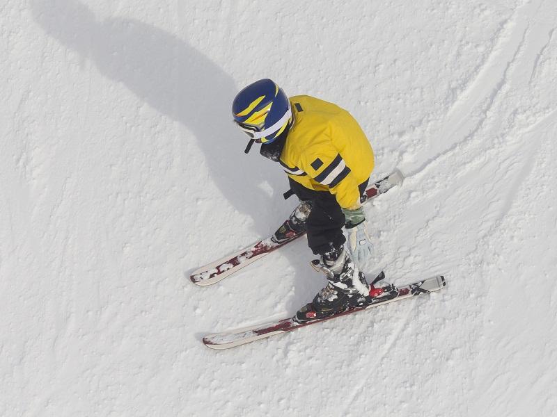 Enfant sur les pistes de ski