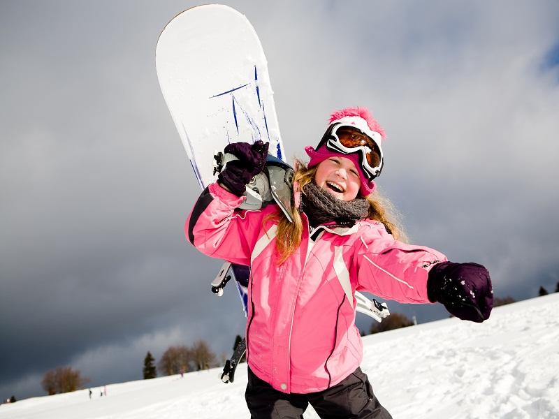 Adolescente avec sa planche de snowboard