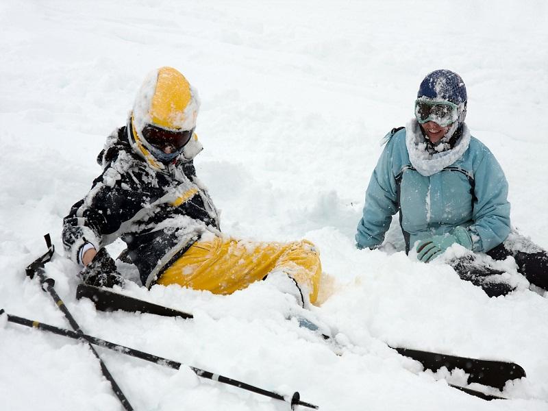Ados assis dans la neige
