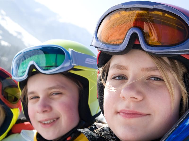 Portrait d'adolescents à la montagne sur les pistes de ski