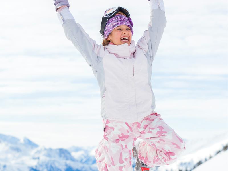 Adolescente heureuse de faire du ski en colonie de vacances Djuringa Juniors