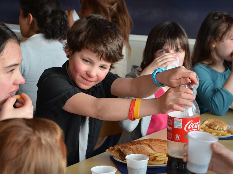 Groupe d'enfants pendant les repas en colonie de vacances à la montagne