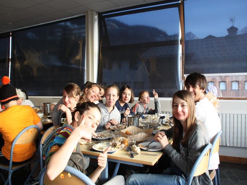 Groupe d'enfants pendant le repas en colonie de vacances