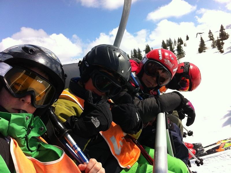 Groupe d'enfants dans les remontées mécaniques au ski