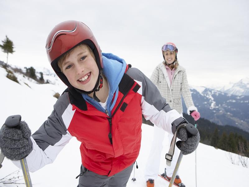 Ados en colonie de vacances de ski à la montagne