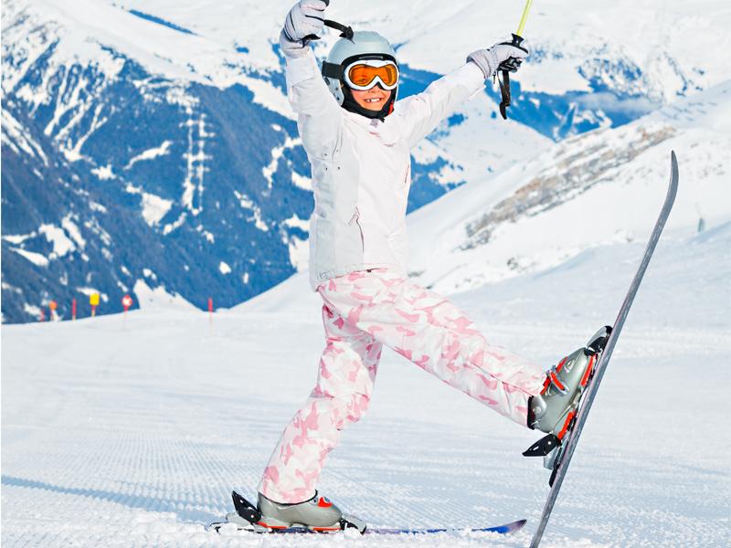 Adolescente à ski à la montagne
