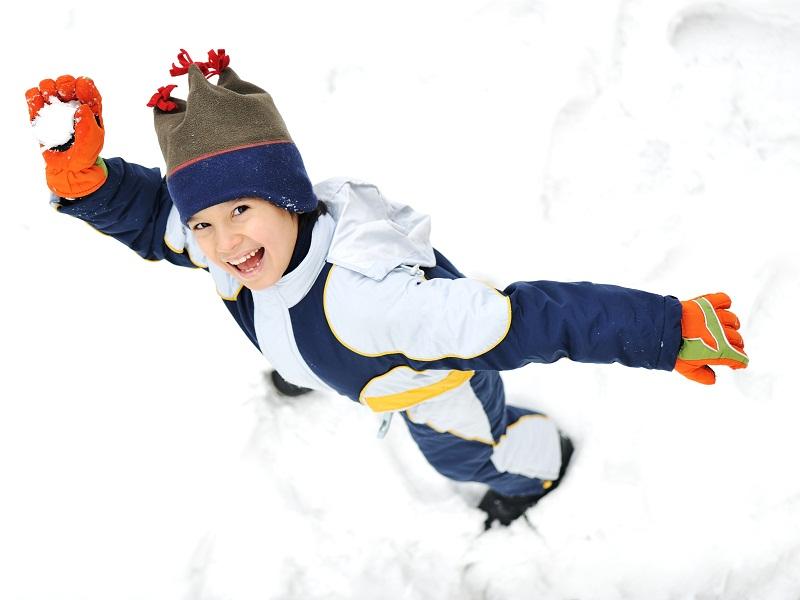 Enfant qui lance une boule de neige
