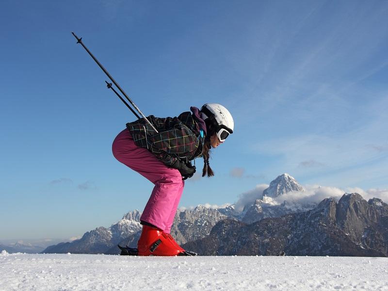 Adolescente dévalant les pistes à ski