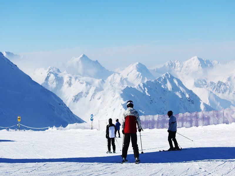 Adolescents en ski sur les pistes