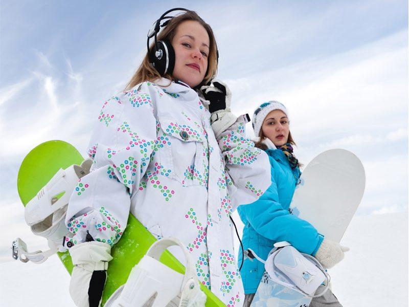 Adolescentes avec leur planche de snow