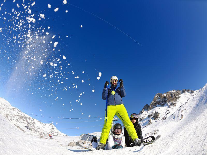 Bataille de boules de neige en colonie de vacances au ski