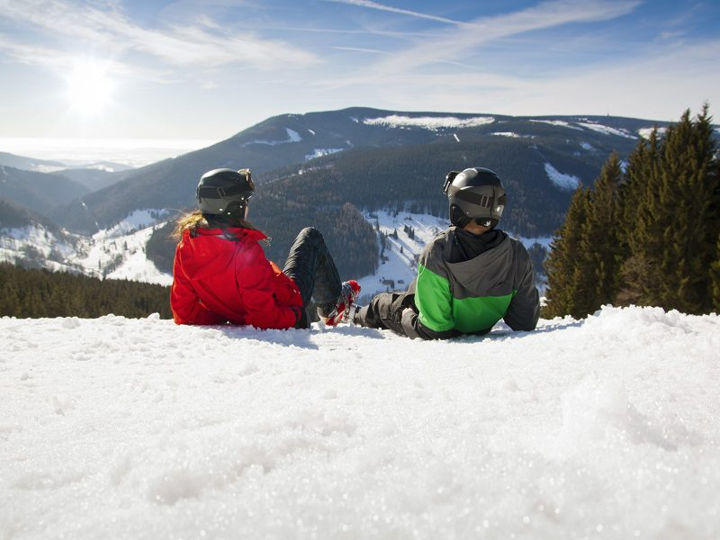 Adolescents à la montagne en colonie de vacances
