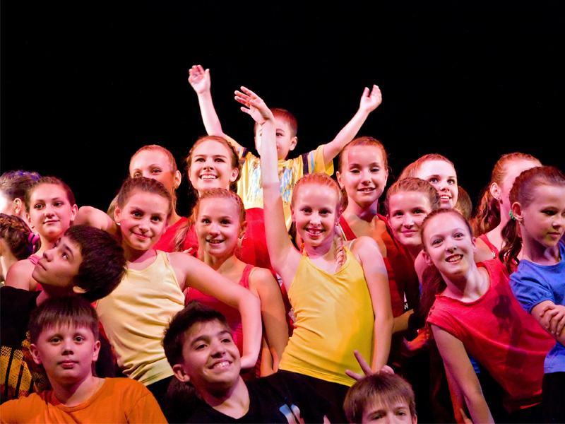 groupe d'enfants faisant de la danse et du théâtre en colonie cet hiver