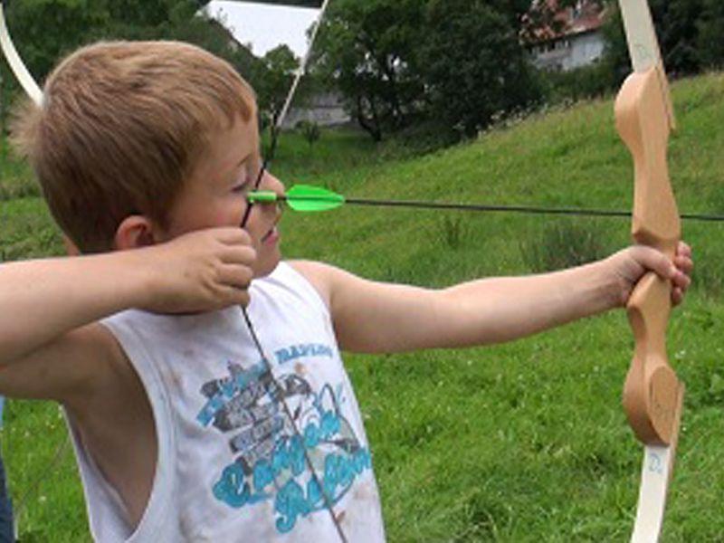 enfant apprenant à faire du tir à l'arc cet hiver en colo