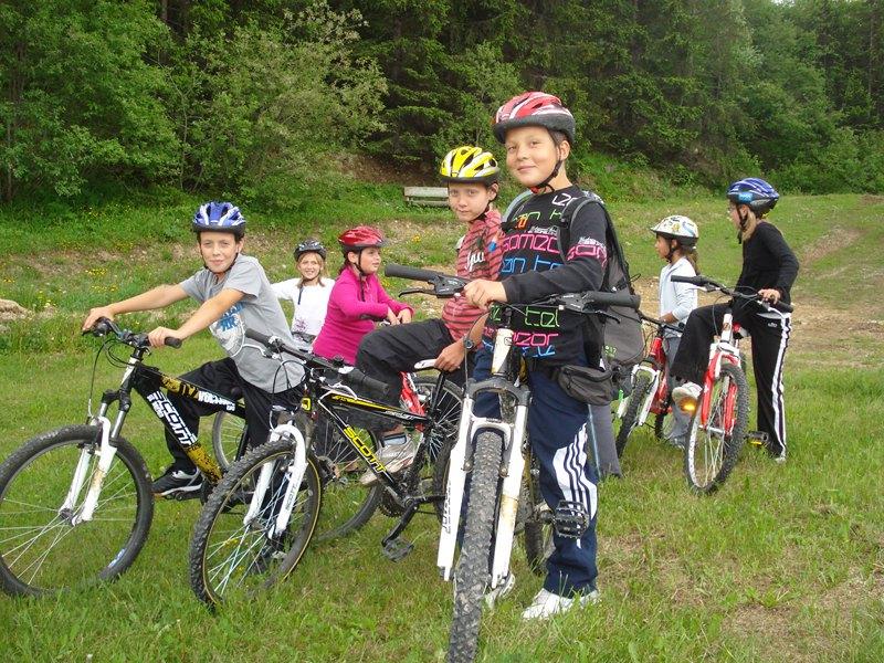 Groupe d'enfants en randonnée à vélo en colonie de vacances