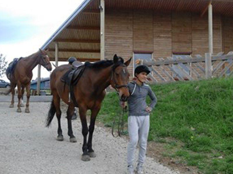 Ado en promenade avec son cheval en colo