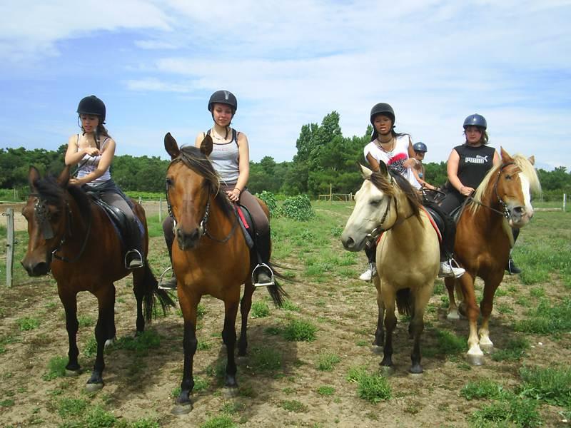 Groupe d'ados à cheval à la campagne