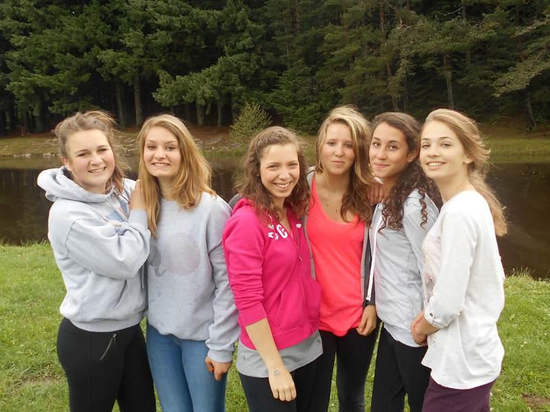 Groupe d'adolescents en colonie de vacances à la campagne