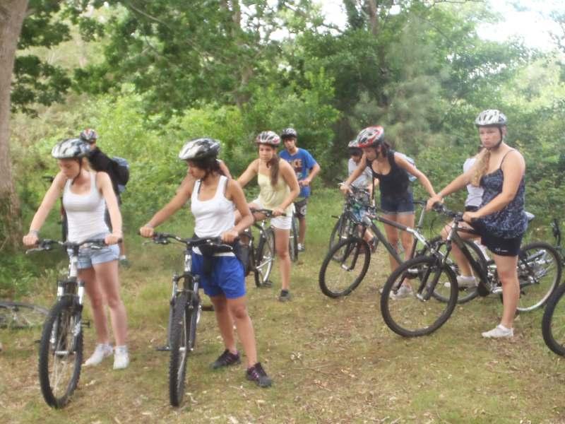 Groupe d'ados en randonnée à vélo en colo