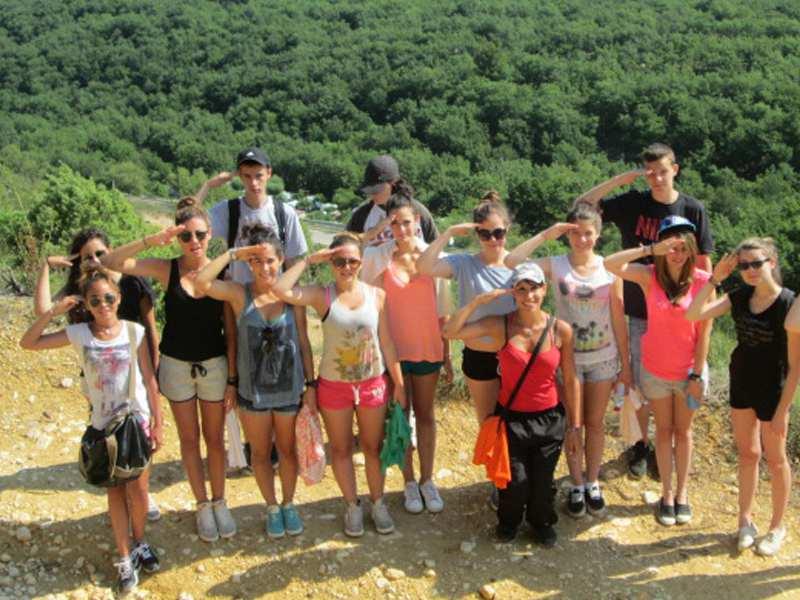 Groupe d'ados en randonnée à la campagne