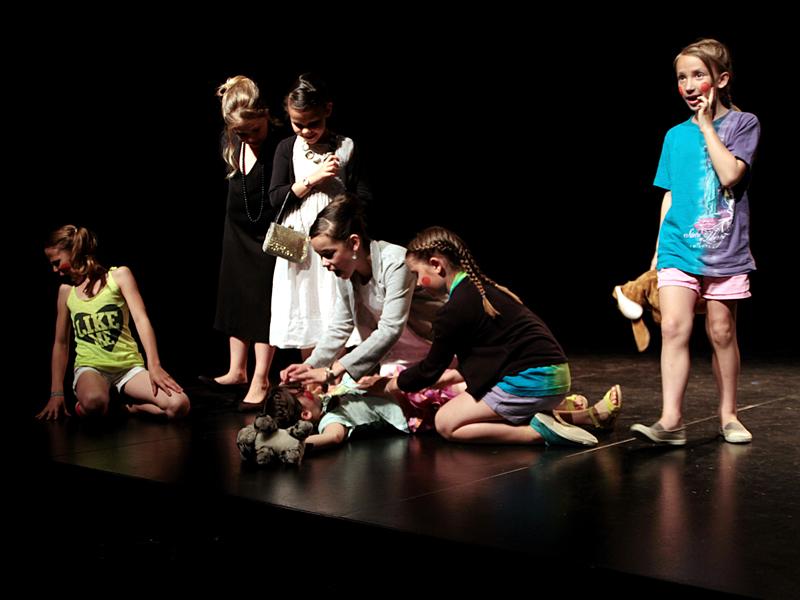 groupe d'enfants sur scène en colonie de vacances théâtre