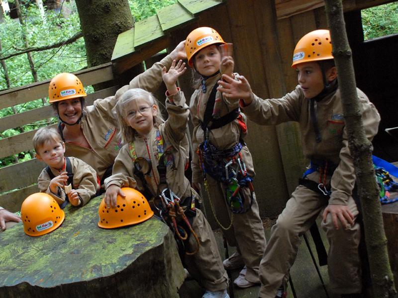 Groupe d'enfants qui font de l'accrobranche en colo