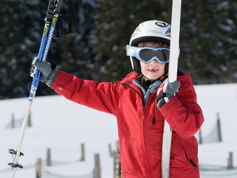 Petit garçon à ski heureux