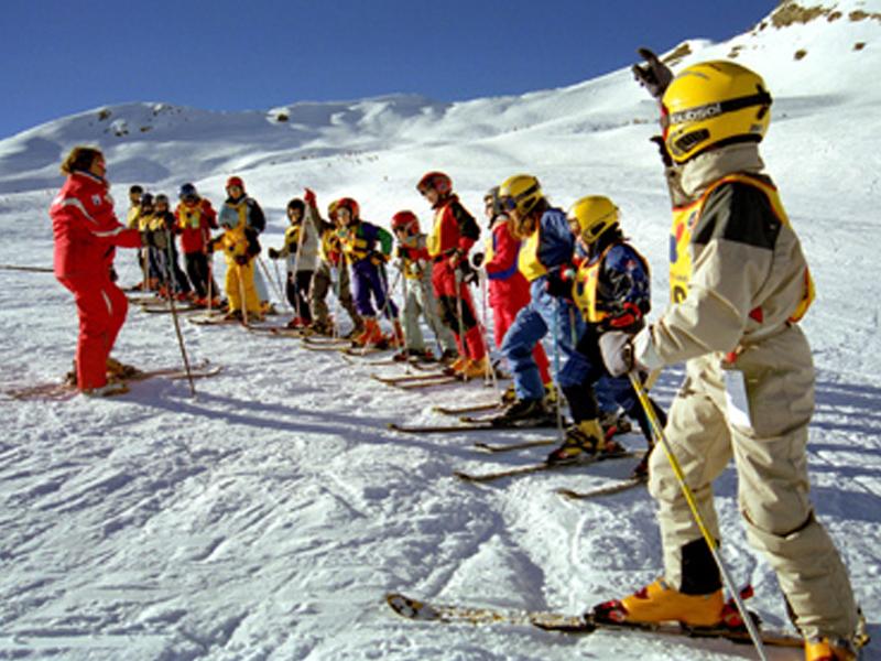 Groupe de jeunes en train d'apprendre à skier