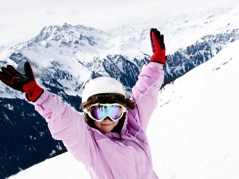 Jeune fille heureuse dans un paysage montagnard
