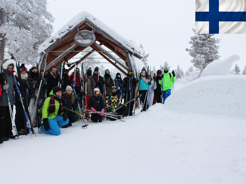 Adolescents en colonie de vacances au ski à Kiilopaa en Laponie