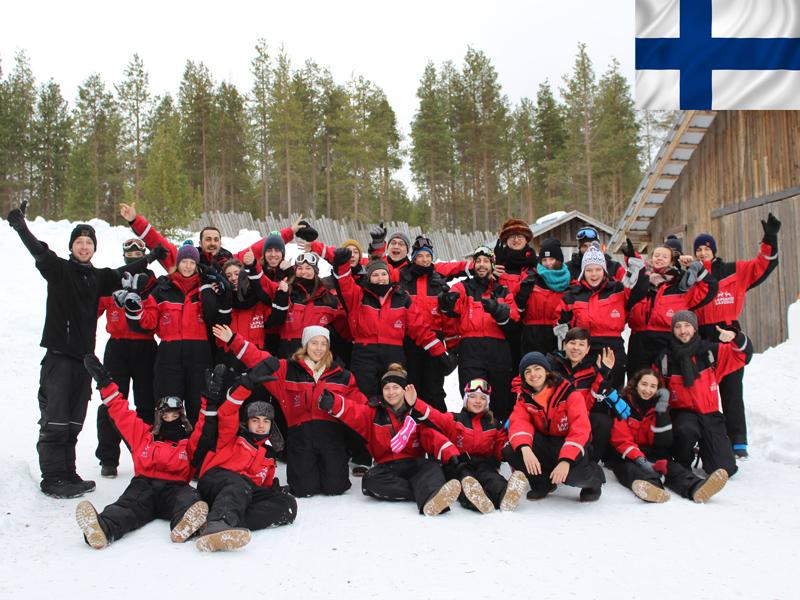 Groupe d'ados en colonie de vacances en Laponie