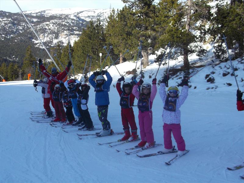 Groupe d'enfants alignés sur les pistes de ski en colonie de vacances