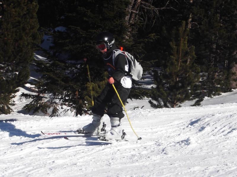 Enfant pratiquant le ski alpin en colonie de vacances