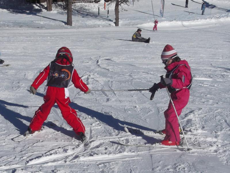 Deux enfants faisant du ski sur les pistes à Font Romeu en colonie de vacances
